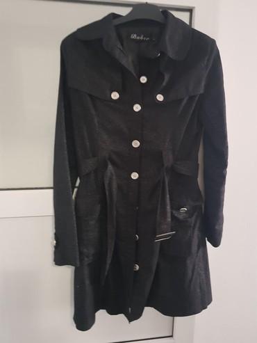 Savrsen crni mantil sa protkanim nitima,ima sjaj.Vidi se na trecoj