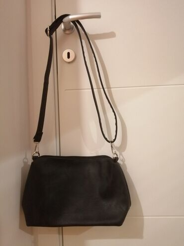 Nova crna torba. Materijal je vestacka koza