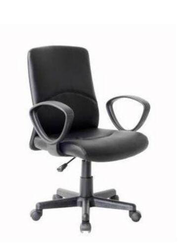 Crna kancelarijska stolica modernog dizajna, udubnog naslona, od vesta