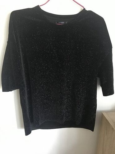 Nike majica - Srbija: Crna majica iz Pull&Bear-a, sa šljokičavim nitima koje se