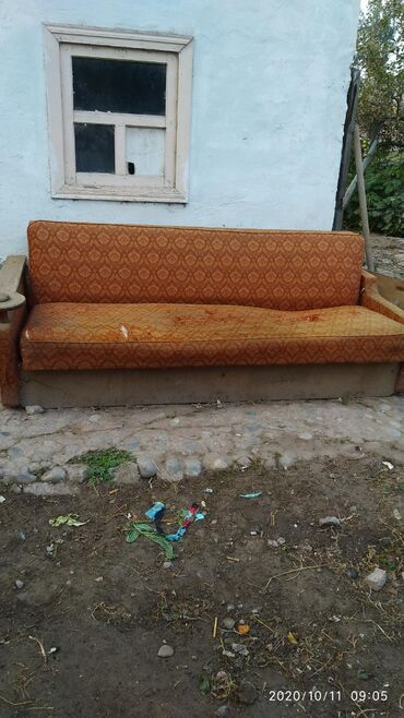 Брусчатка старый город бишкек - Кыргызстан: Старый советский диван