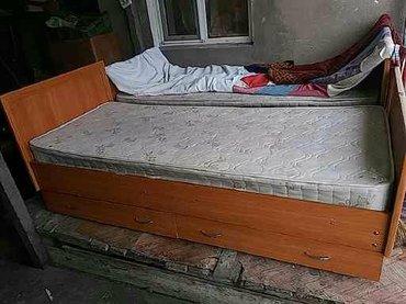 Продаю 2 кровати б/у  полуторки с двумя выдвижными полками с матрасами в Бишкек