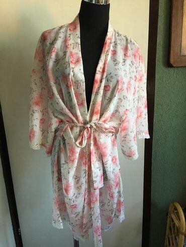 Ženska kućna odeća - Kikinda: Original prelep ogrtac sa cveticima i cipkom na rukavima i dole