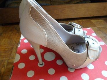 Prelepe sivo bež sandale, ocuvane, jedino se koža sa gornjeg ruba na - Beograd