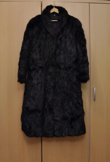 Bez bunda - Srbija: Ženska duga bunda od pravog krzna (bizam) crne boje. Bunda je u