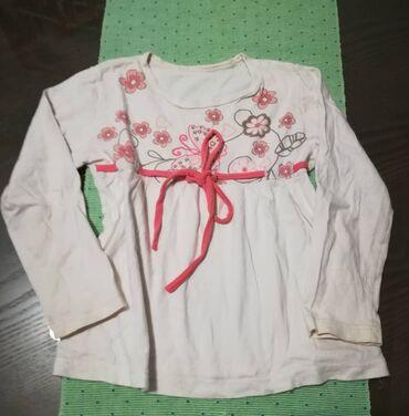 Bluza bela vel 4 veže se ispod grudi i blago se širi, obim grudi 64