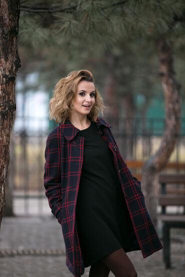 shtany hm в Кыргызстан: Стильное женское черное полу пальто в красную клетку H&M.Осень -