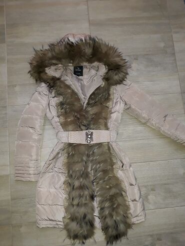Duga jakna sa divnim dugim i prirodnim krznomKrzno se skida.Velicina