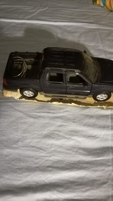 Ford Explorer toy car unboxed. Dark blue color σε Καματερó
