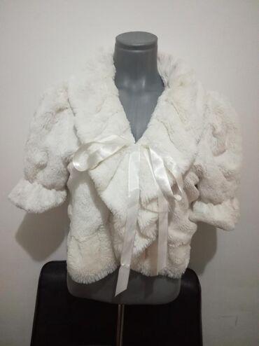 Prelepa bundica od veštačkog krzna bele boje u savršenom stanju 100%