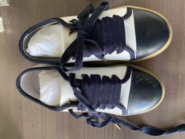 детская мембранная обувь в Азербайджан: Детская обувь, оригинал фирмы Armani, одевалось немного, размер 32