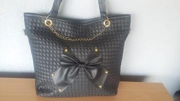 Crna sa masnom - Srbija: Crna torba sa masnomi ukrasnim lancem,kao nova,nosena vrlo malo,bez