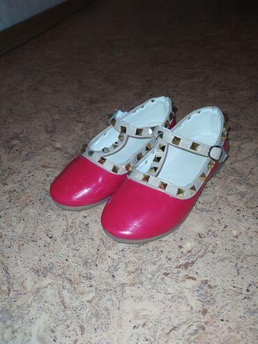 Туфли ярко красного цвета на девочку, очень нарядные. Размер 29