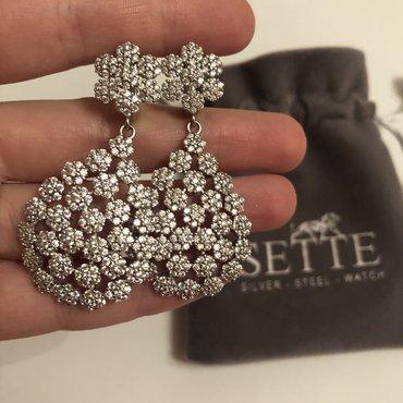 Sette markasının briliant parlaqlığında iri gümüş sırğaları. Aliciya