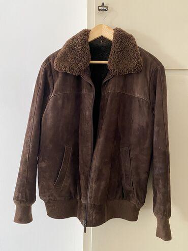 Kožna tamno braon jakna, poznatija kao hanterica, oblozena je krznom