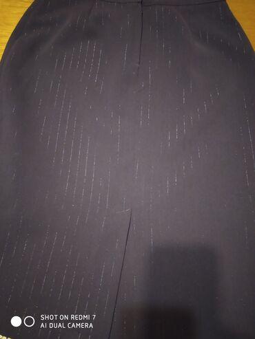 Elegantna suknja do ispod kolena, u bordoj boji sa diskretnim sjajnim