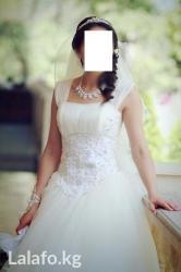 кыргызские национальные свадебные платья в Кыргызстан: Продаю очень красивое свадебное платье с фатой.  Цвет Айвори.  Ткань