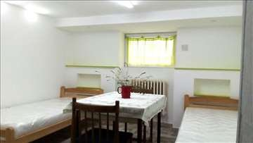 Izdajem namestenu, dvokrevetnu sobu u kuci na Zvezdari (Beograd), - Beograd
