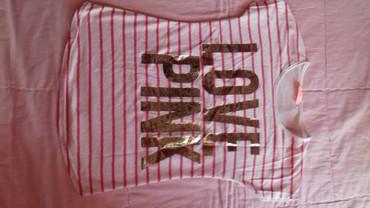 I tri majice - Srbija: Skoro nova roze majica sa zlatnim natpisom. Nezan materijal. Leprsava