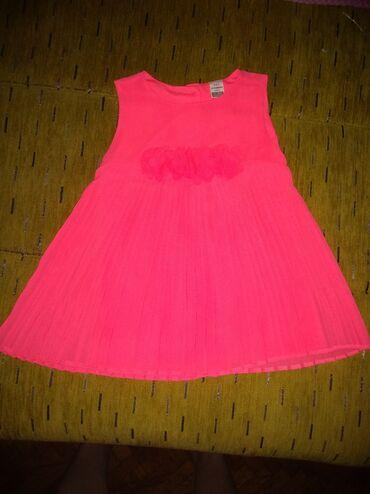Bebe - Srbija: Fluorescentna bebi haljinica,roze,gugmići pozadi. Na pojasu ukrasena