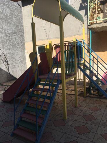 Детская горка среднего размера.С двумя спусками, две лестницы