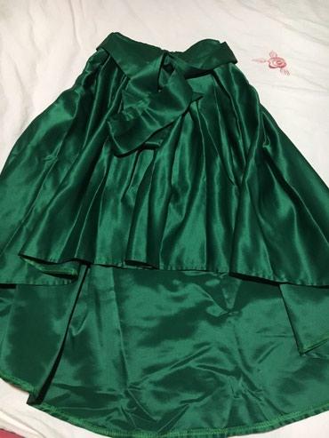 Продаю атласную юбку со шлейфом, сидит очень красиво. Одевала один раз