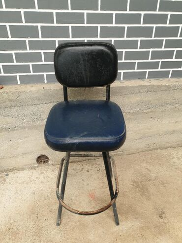 Продаю Б/У барные стулья, требуется реставрация обшивки и покраска