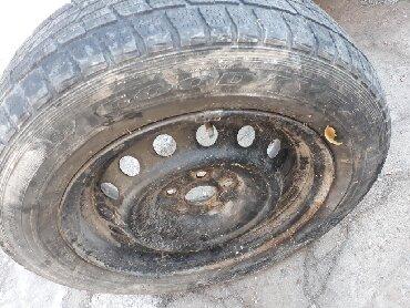 шины 195 65 r15 зима в Кыргызстан: Продаю 1 диск с зимней покрышкой 5 дырок. 195/65 R15. Диск ровный