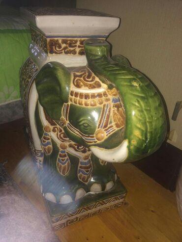 Ukrasni slon, za kucni inventar, malo se odvojio od postolja