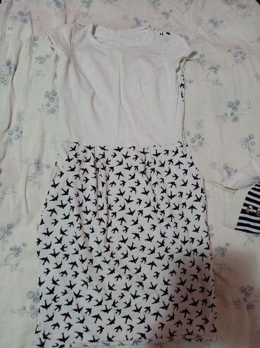 Haljina prelepa ima dzepove nema velicina ali je po meni M L ima dosta