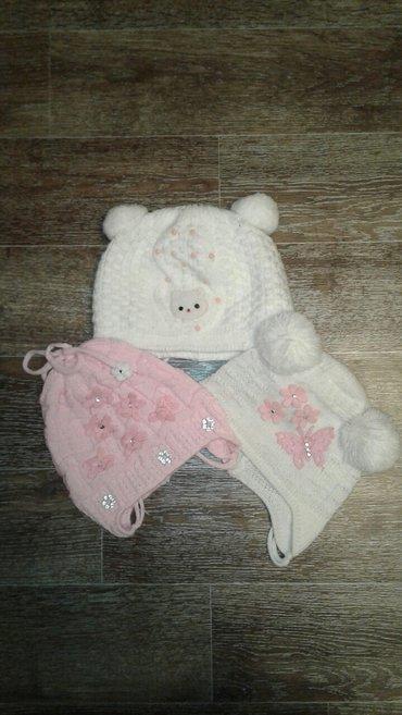 Продаю шапочки б/у польские (3шт.), тёплые.Размер на возраст от 2 меся в Бишкек