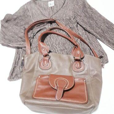 Braon torba dimenzija31x30x14 cm, noja je braon siva koja vuče malo na