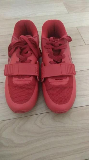 Продаю как мужские так и женские классные красные кроссовки оригинал