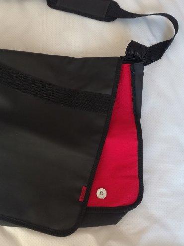 Duzina cm kais - Srbija: HUGO BOSS MUŠKA TORBA POSTARSKA  Crna sa crvenim unutrašnjim platnom