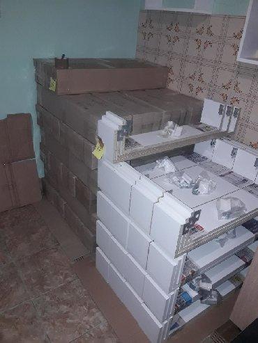 Nameštaj - Ruma: Zidne police 90/80/70 dubina 15cmsaljem sklopljene i uoakovane u kar