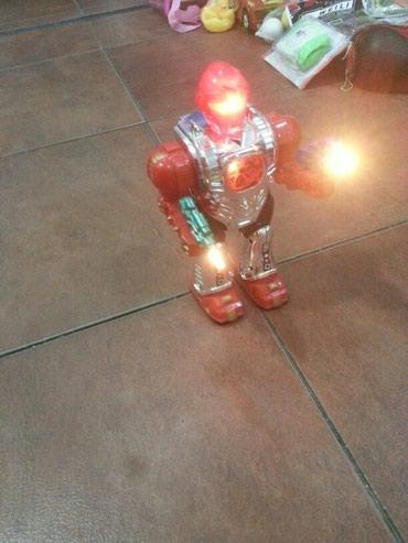 Xırdalan şəhərində Oyuncaq robot gedir ses edir isiqlari yanir teze maldir