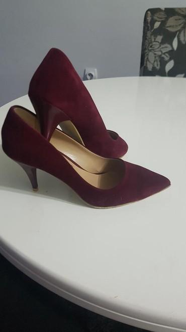 Ženska obuća | Pirot: Odlicne salonke samo jednom nosene. bordo boja. materijal izvrnuta