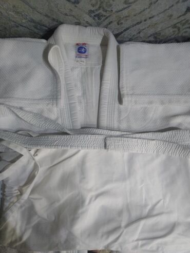 спортивный-комплект в Кыргызстан: Комплект для дзюдоШтаныКуртка с поясомНосили не часто,покупали за 2500