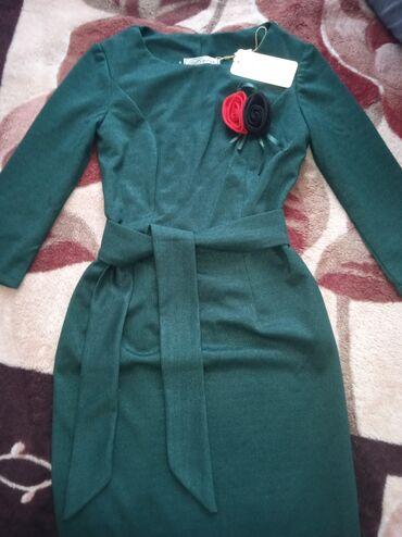 Изумрудное платье новое. Арбузного цвета в хорошем состоянии