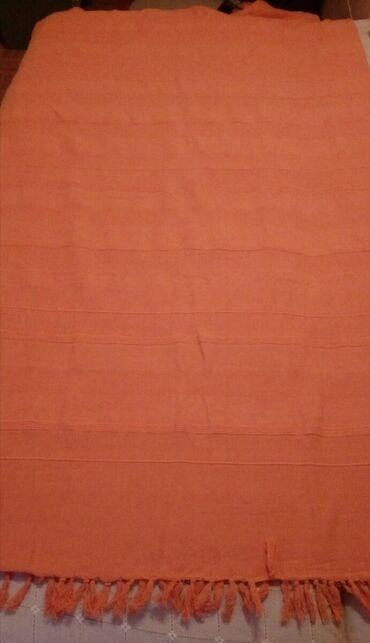 Prekrivac za francuski lezaj u narandzastoj boji.Dimenzije