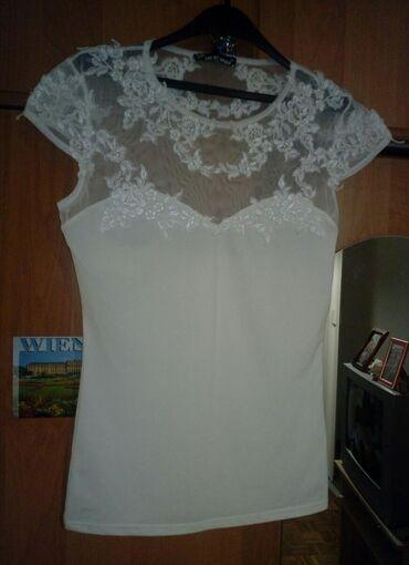 Bela majicica elegantna, vel M. Jednom obucena. Cena 800 rsd