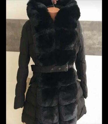 Topla jakna ne promociva puna krzna dostupna u crnoj boji akcija
