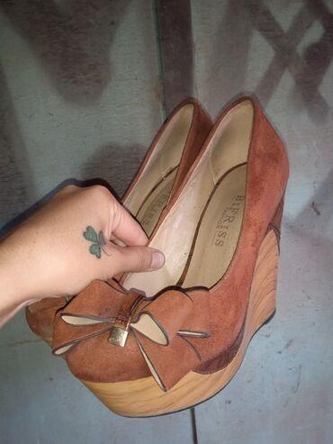 Личные вещи - Джалал-Абад: Отдам дёшево замшевые туфли на платформе размер 35 были обуты