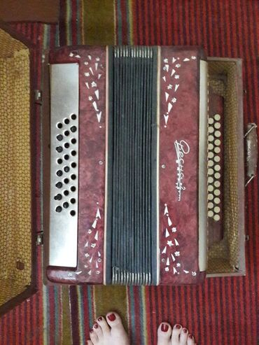 Гармошки в Кыргызстан: Продаю гармонь Весна2 с чемоданом. Рабочая но требует ремонт. 1500