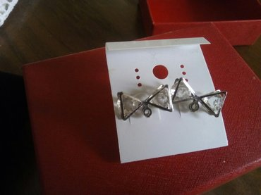 Posrebrene minđušice u obliku mašnica, sa srebro-belim kamenčićima, no - Leskovac