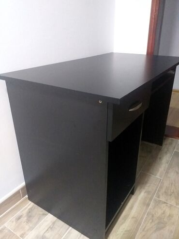Nameštaj - Lazarevac: Radni sto. Mat crn. Na dnu odlepljena kant traka, koju je moguce