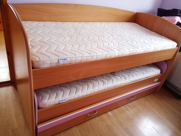 Deciji krevet na sprat, fioka se otvara kao dodatni treci krevet. U