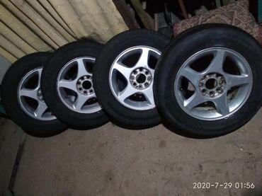 шины r13 в Кыргызстан: Продаю титановые диски с бу покрышкой R13 Р13 размер 175.70.13 компле