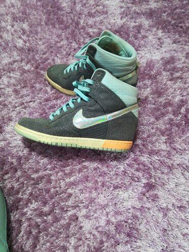 Nike patike na platformu, u odlicnom stanju, malo ostecenje na desnoj