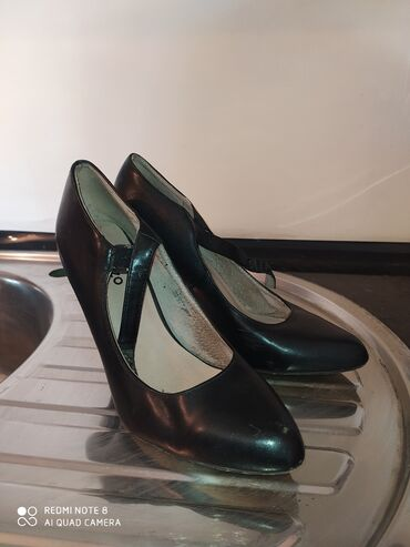 Личные вещи - Новопавловка: Туфли чёрные, каблук 4-5 сантиметров Удобные отдам дёшево